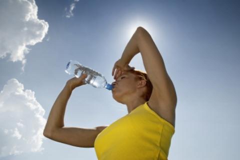 Uống nước điện giải chống say nắng an toàn và hiệu quả